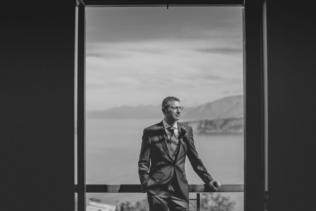 the groom at the balcony - A wedding in Cosenza